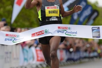 bekele-sparkles-with-2749-10km-in-dublin