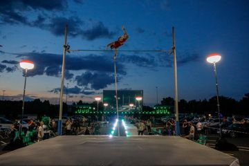 Live pole vault at the drive-in cinema (Kenny Beele)