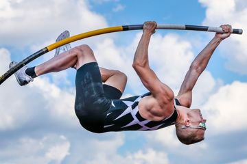 Sam Kendricks in the pole vault at the True Athletes Classic in Leverkusen (Axel Kohring)