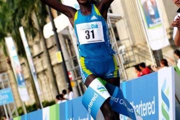 mungara-and-kosgei-prevail-at-singapore-marat