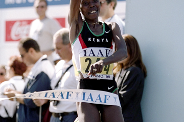 kenyans-tegla-loroupe-and-paul-tergat-win-the