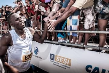 bolt-blazes-to-victory-in-rio-beach-race