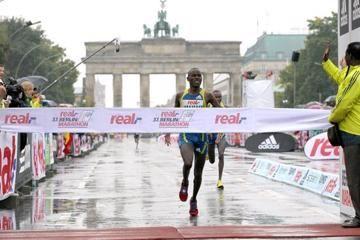 makau-and-kebede-triumph-in-rainy-berlin