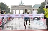 makau-and-kebede-triumph-in-rainy-berlin